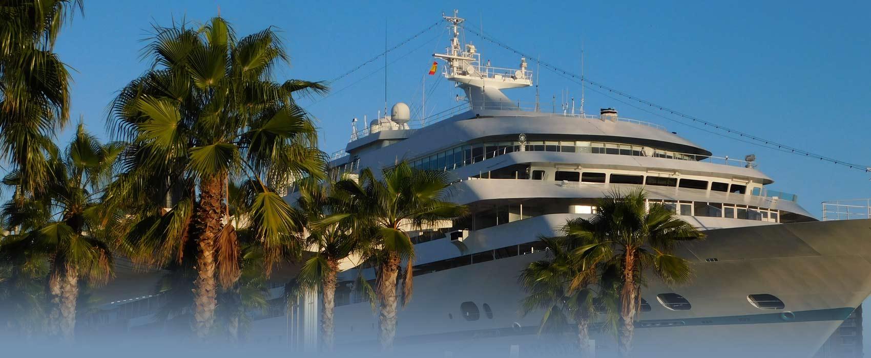 Ein Passagier- Schiff im Hafen von Malaga